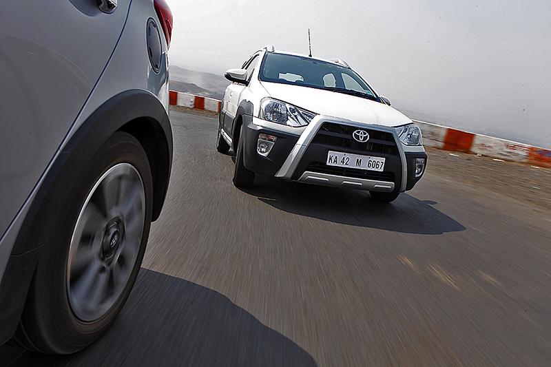 Hyundai i20 Active v Toyota Etios Cross (1)